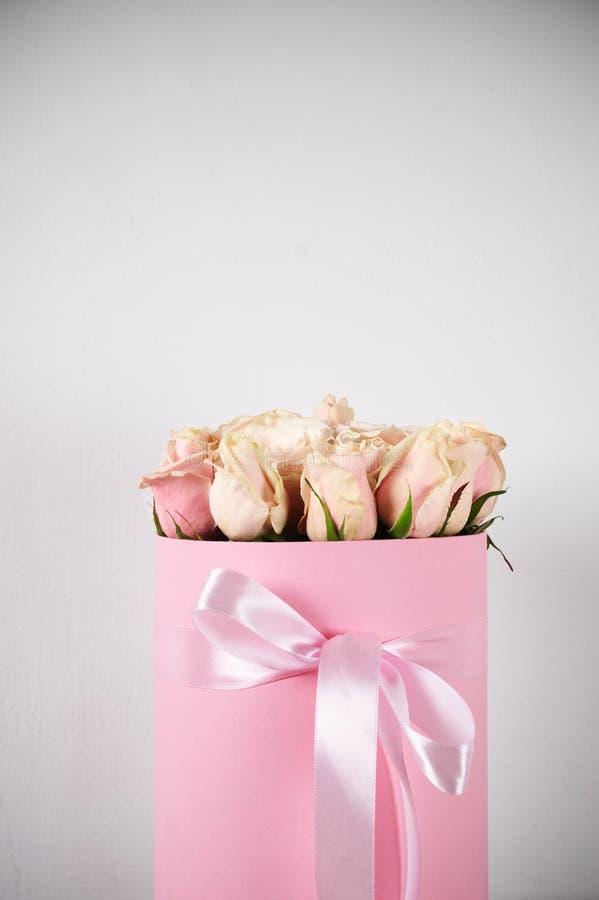 Розовые розы в подарочной коробке стоковые фото