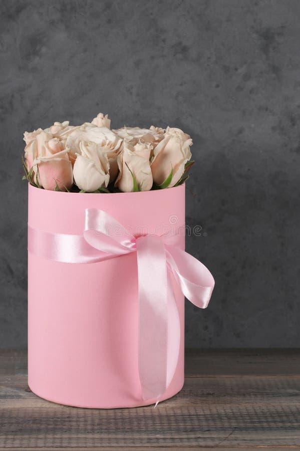 Розовые розы в подарочной коробке стоковые фотографии rf