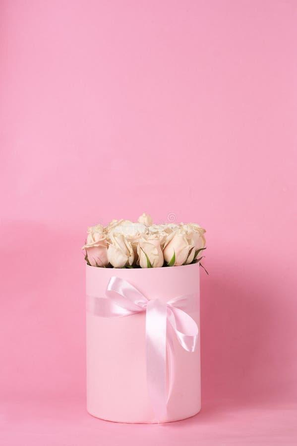 Розовые розы в подарочной коробке стоковое фото rf