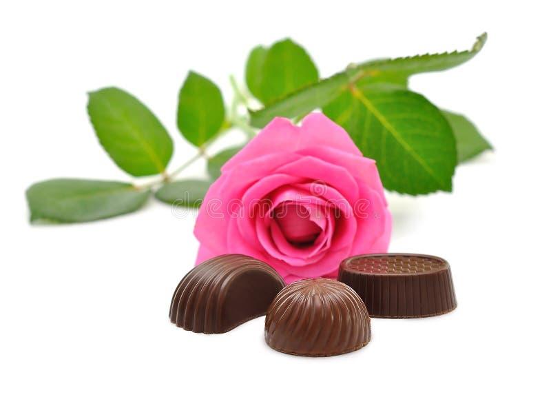 Розовые розы и конфета стоковое фото