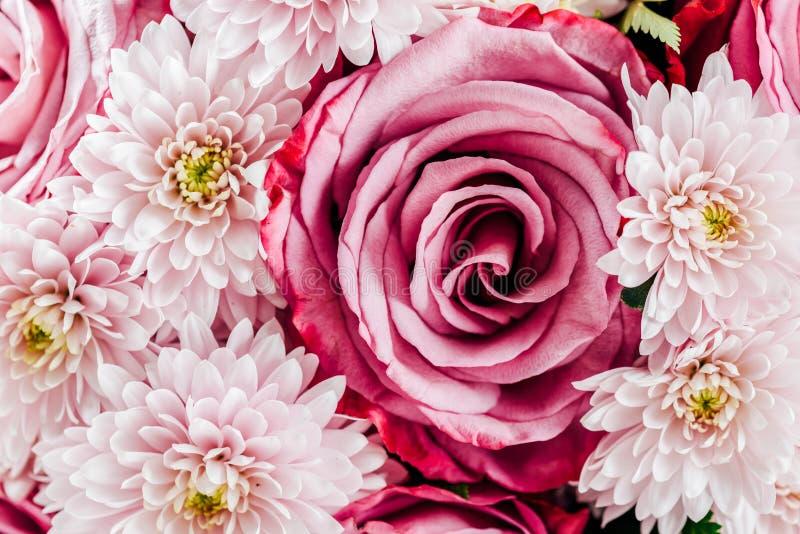 Розовые розы и цветки маргаритки Wedding букет стоковые изображения
