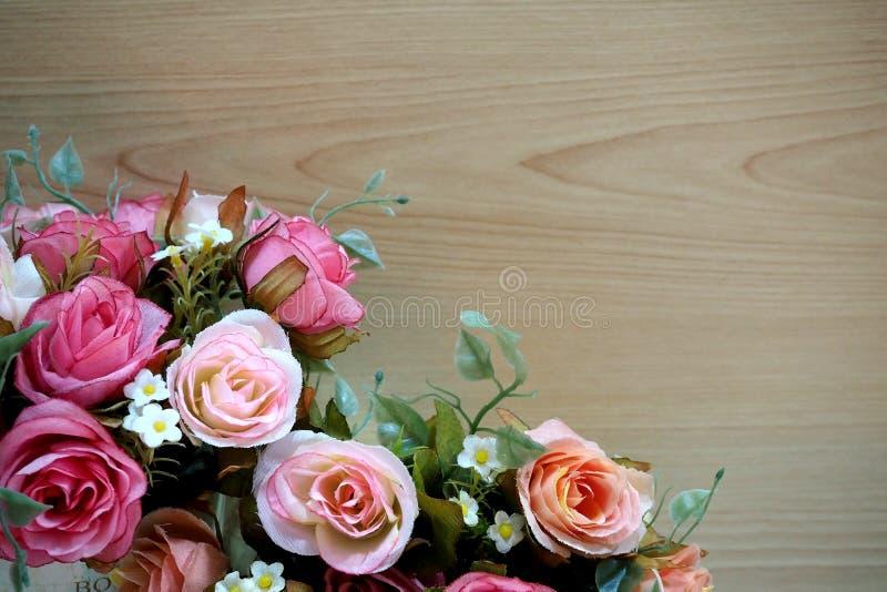 Розовые розы с деревянной предпосылкой стоковая фотография rf
