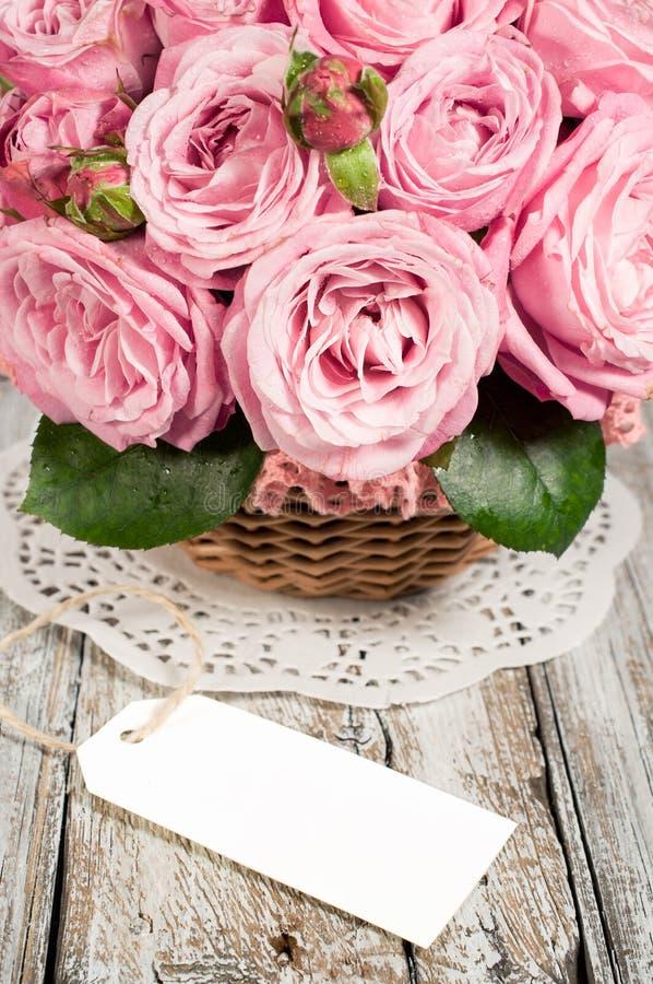 Розовые розы с пустым ярлыком стоковое фото