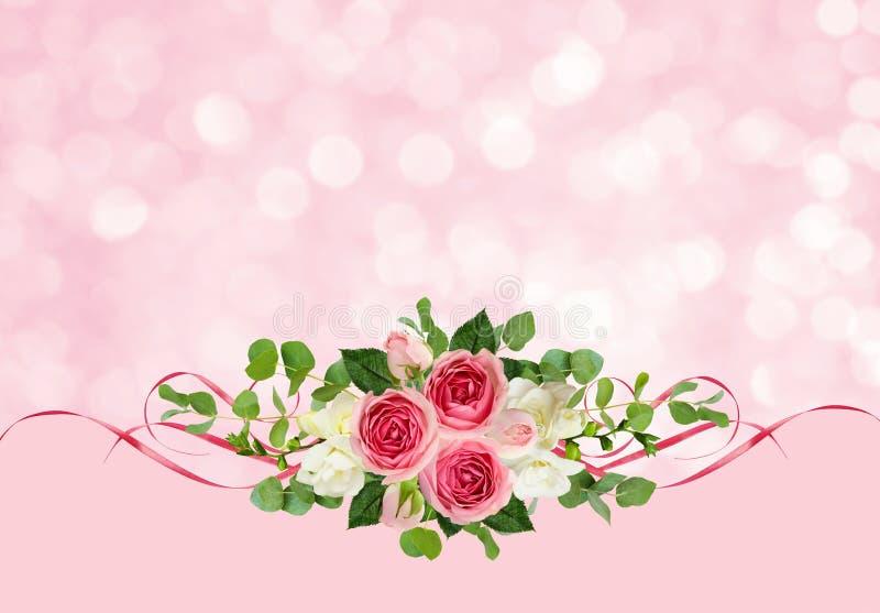 Розовые розы, freesia цветут, листья евкалипта и ленты сатинировки стоковое изображение rf