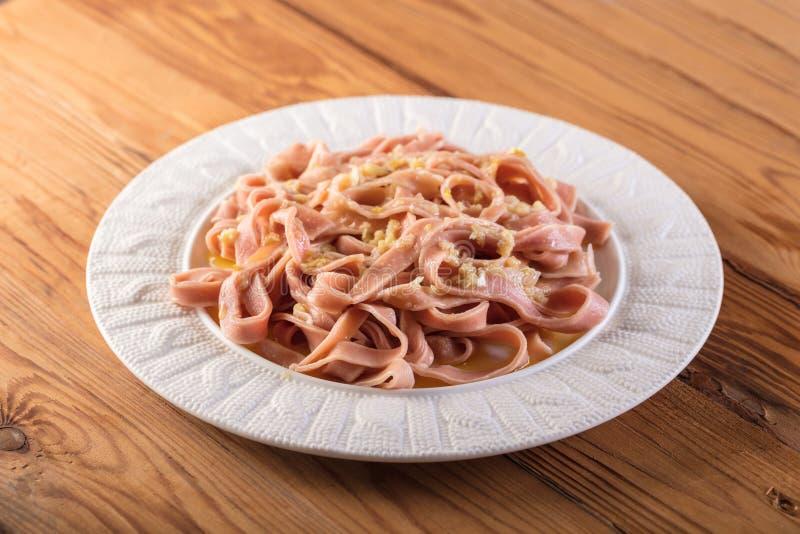 Розовые спагетти сваренные в соусе стоковое изображение rf