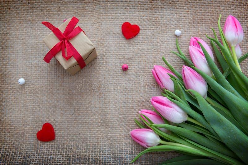 Розовые тюльпаны и представить изолированный на предпосылке ткани стоковое изображение rf