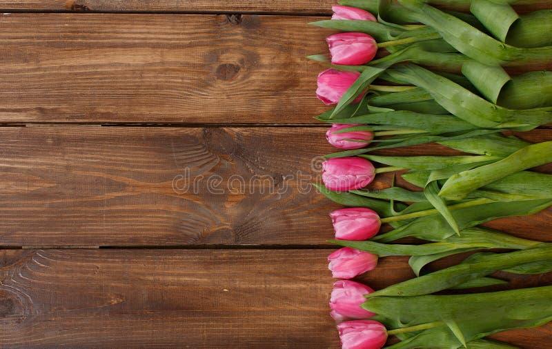 Download Розовые тюльпаны над затрапезным белым деревянным столом Стоковое Изображение - изображение насчитывающей пасха, листья: 37930637