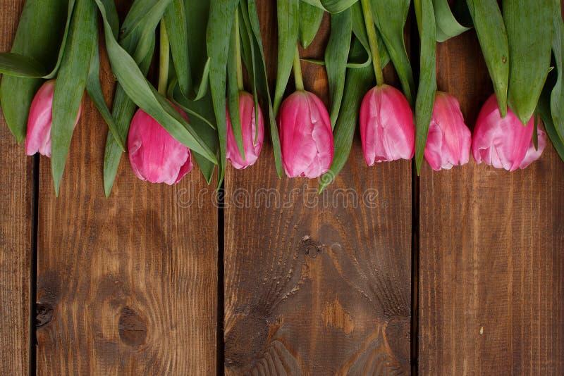 Download Розовые тюльпаны над затрапезным белым деревянным столом Стоковое Фото - изображение насчитывающей антиквариаты, ретро: 37930966
