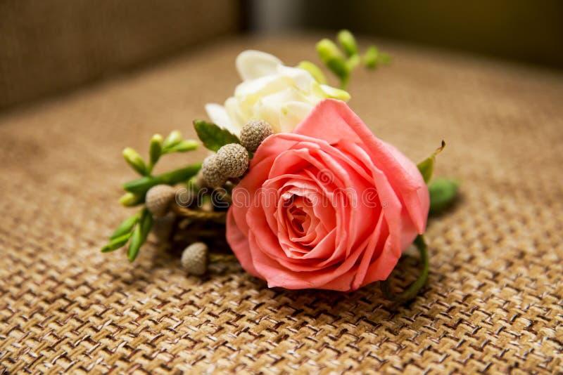 Розовые цветки в винтажном букете свадьбы стоковые изображения rf