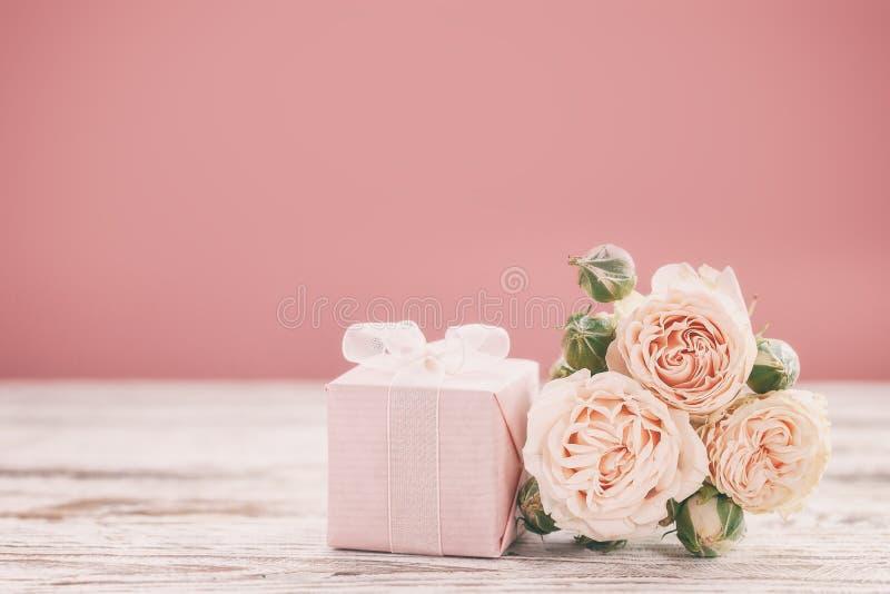 Розовые цветки роз и предпосылка подарка или присутствующих коробки пинка День матерей, день рождения, день Святого Валентина, ко стоковое фото rf