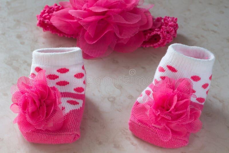 Розовые цветок и носки для newborn девушки стоковое фото rf