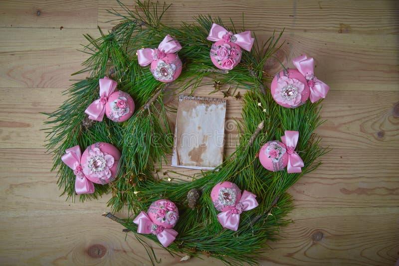 Розовые шарики рождества на ветвях ели Открытый космос для текста стоковое фото rf