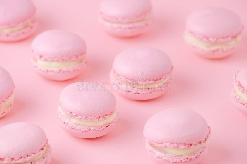 Розовые macaroons домодельные, на розовой предпосылке, диагональ, селективный фокус стоковое изображение