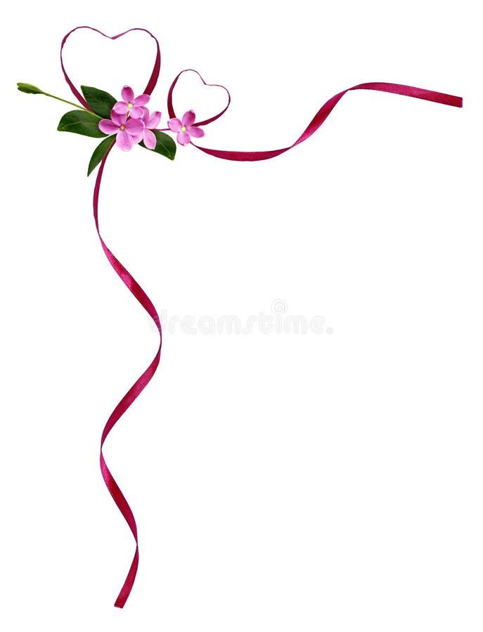 Розовые silk сердца ленты и малые цветки в угловом расположении стоковые изображения rf