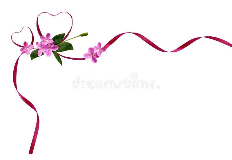 Розовые silk сердца ленты и малые цветки на день ` s валентинки стоковая фотография rf