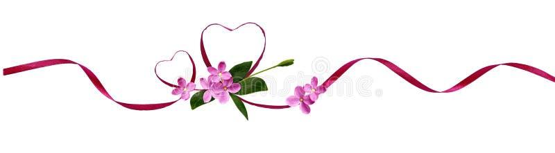 Розовые silk сердца ленты и малые цветки на день ` s валентинки стоковые фото