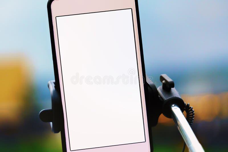 Розовый mobil телефон на селфи-палке стоковые изображения rf