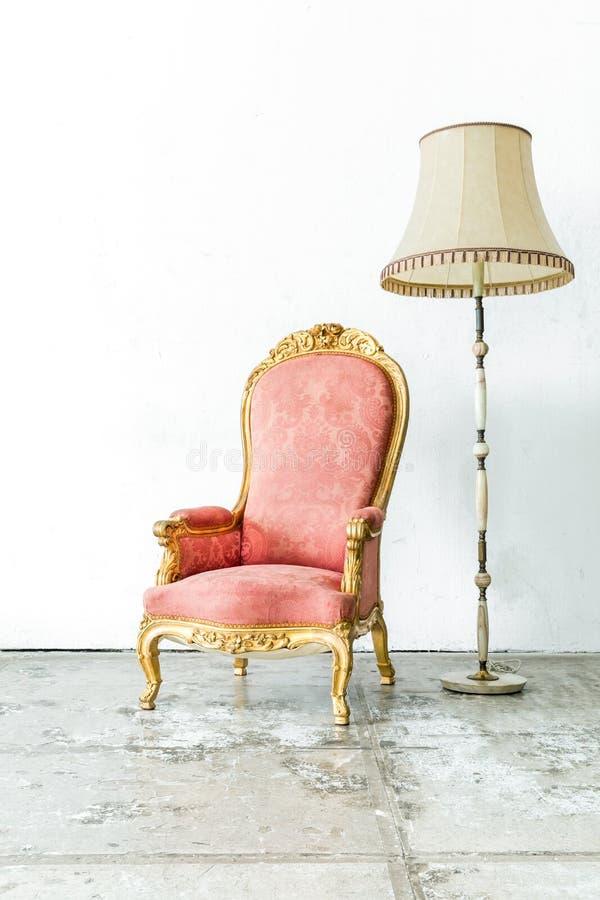 Розовый винтажный стул с лампой стоковое изображение