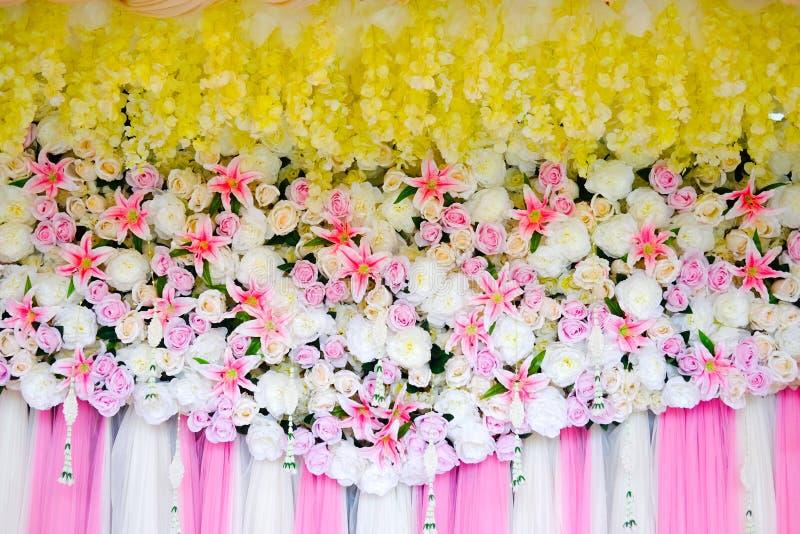 Розовый и белый фон с много из свежее флористического стоковое фото