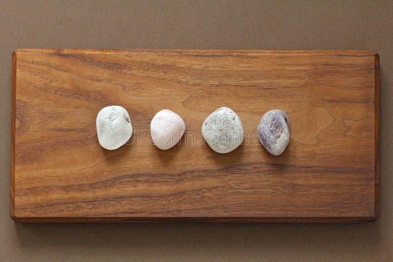Розовый кварц, аметист, горный хрусталь, закоптелый кварц Собрание естественных камней минералов на предпосылке естественной древ стоковые фото