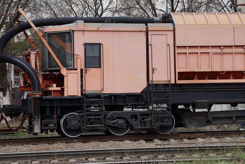 Розовый локомотив ремонта кабины стоит на железной дороге стоковое фото rf