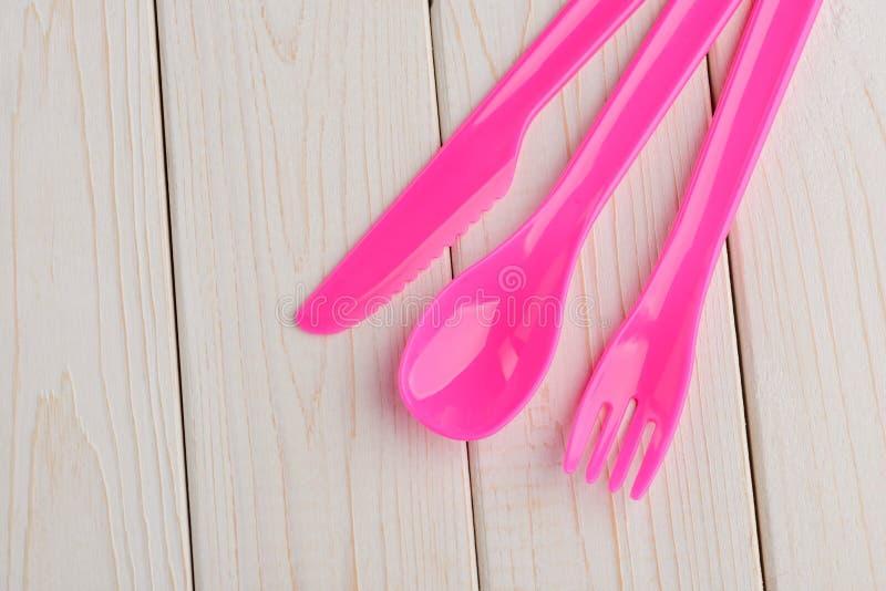 Розовый набор столового прибора на деревянном стоковая фотография rf