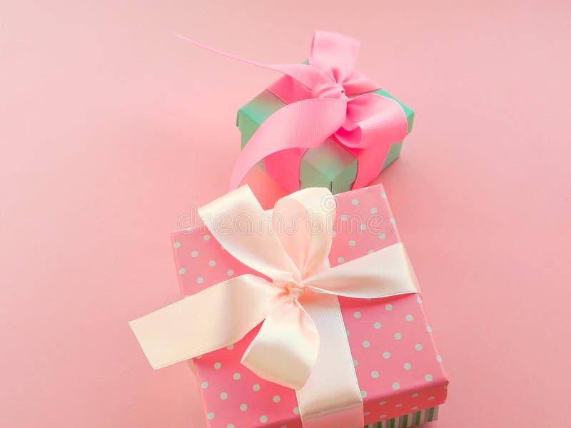 Розовый подарок рождества с лентой, на розовой предпосылке стоковые изображения