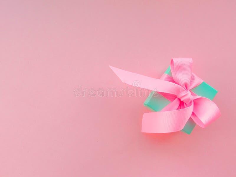 Розовый подарок рождества с лентой, на розовой предпосылке стоковые фотографии rf
