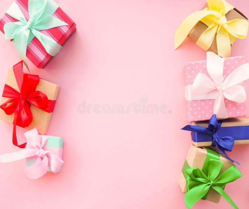 Розовый подарок рождества с лентой, на розовой предпосылке стоковая фотография