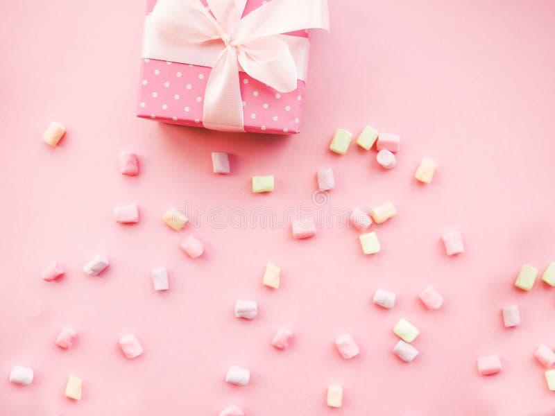 Розовый подарок рождества с лентой, на розовой предпосылке стоковое изображение