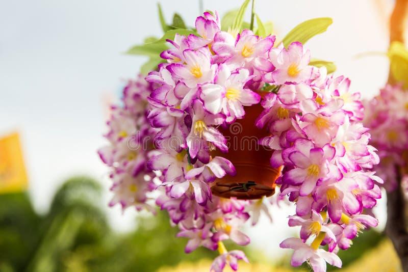 Розовый поддельный цветок и флористическая предпосылка, розовые цветки сделанные fabr стоковые изображения rf