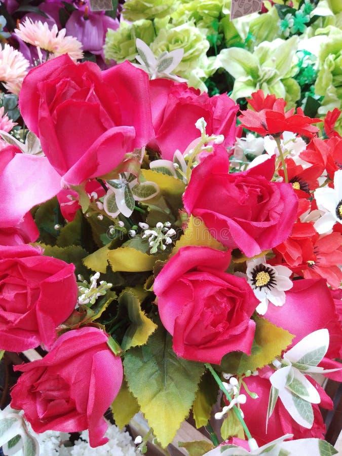 Розовый поддельный цветок и флористическая предпосылка розовые цветки сделанные ткани стоковая фотография rf