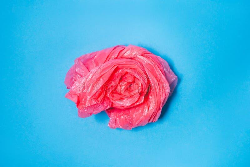 Розовый полиэтиленовый пакет на голубой предпосылке, стоковое изображение rf