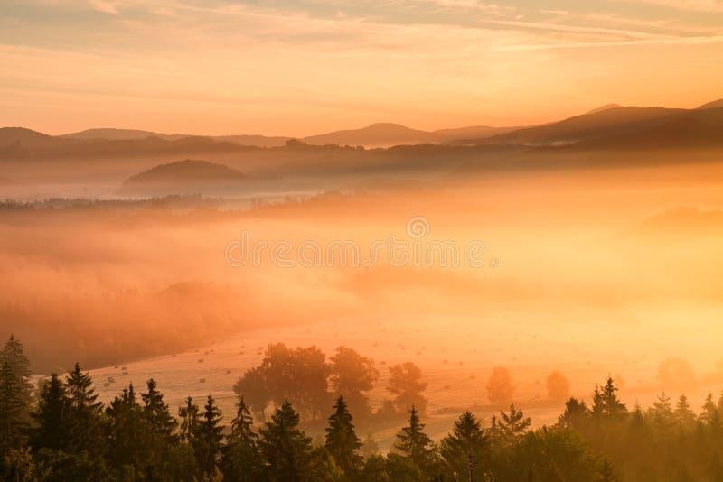 Розовый рассвет в ландшафте Утро замораживания осени туманное в красивые холмы Пики холмов вставляют вне от розового orang стоковая фотография