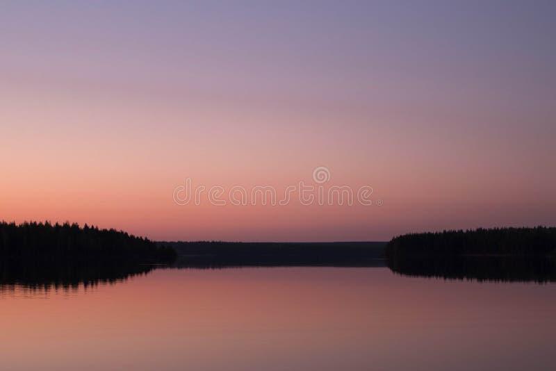 Розовый рассвет на озере стоковая фотография rf
