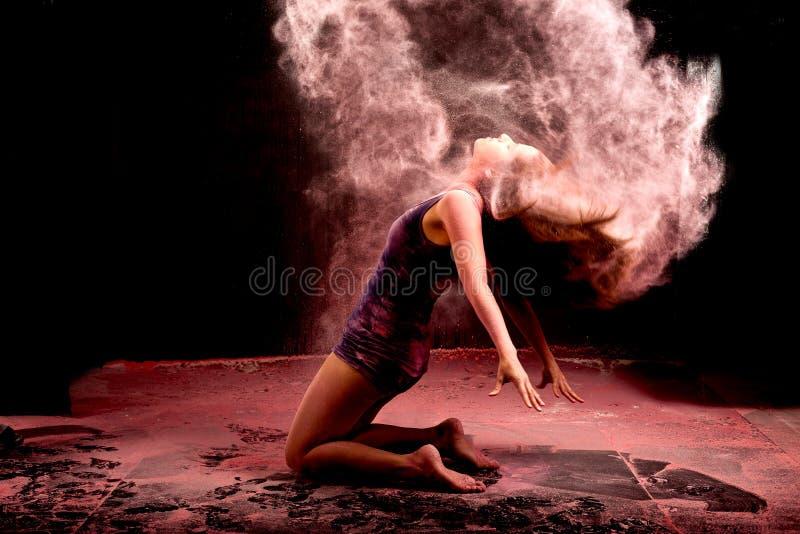 Розовый танец волос порошка стоковая фотография rf