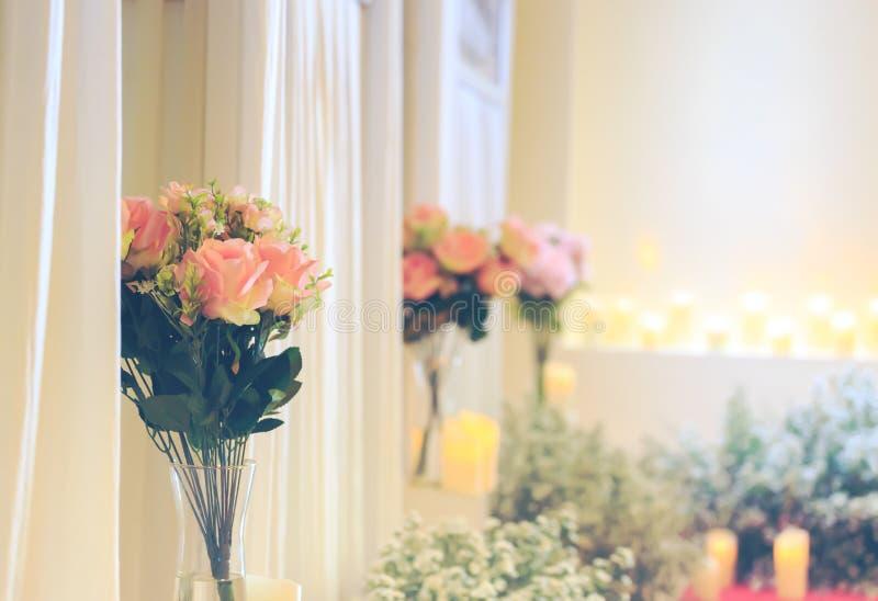 Розовый цветок в опарнике они в комнате стоковые фото