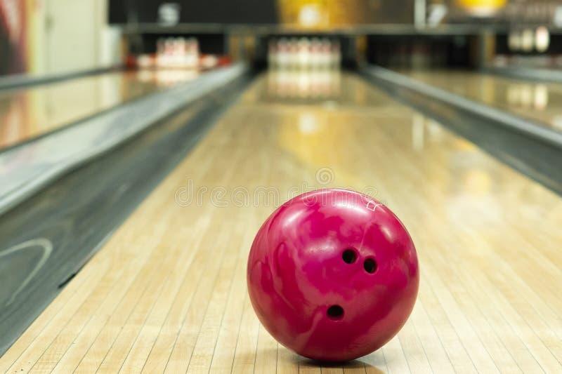 Розовый шарик в клубе боулинга стоковое изображение