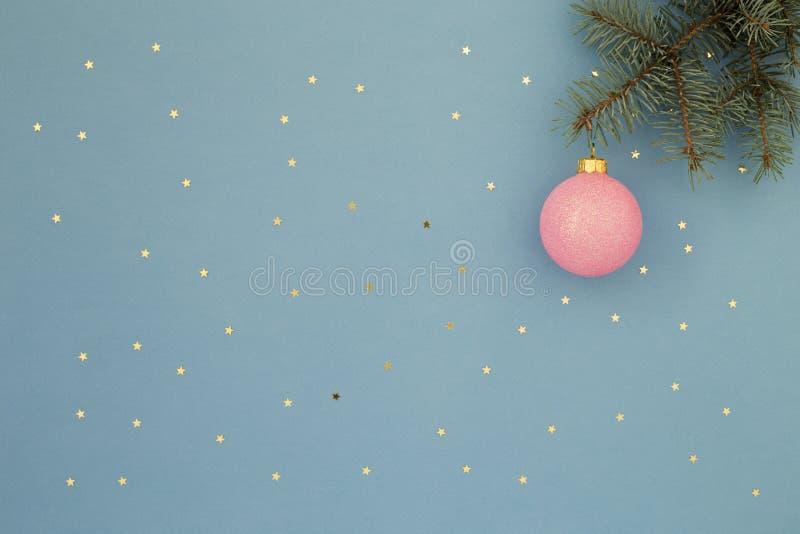 Розовый шарик рождества на голубой предпосылке стоковое изображение rf