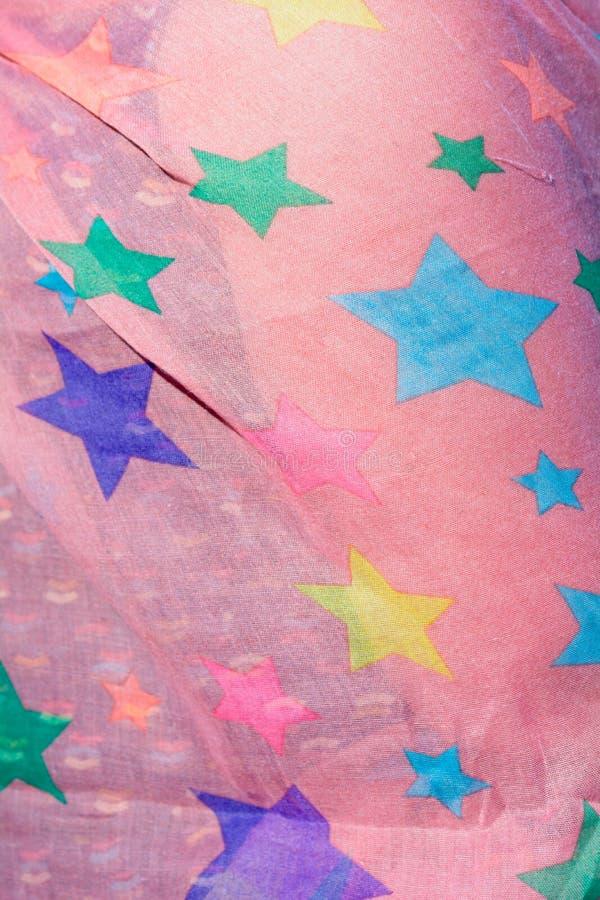 Розовый шарф с красочными звездами стоковое фото rf