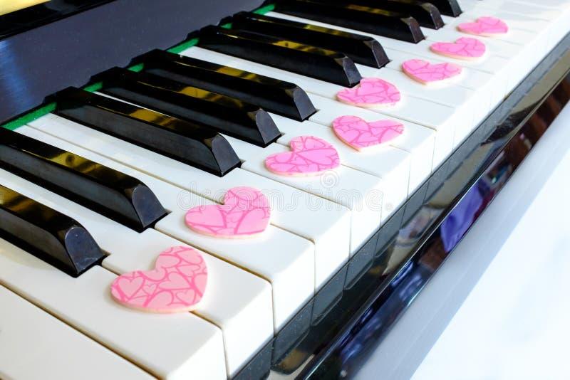Розовый шоколад на ключевом рояле стоковое фото