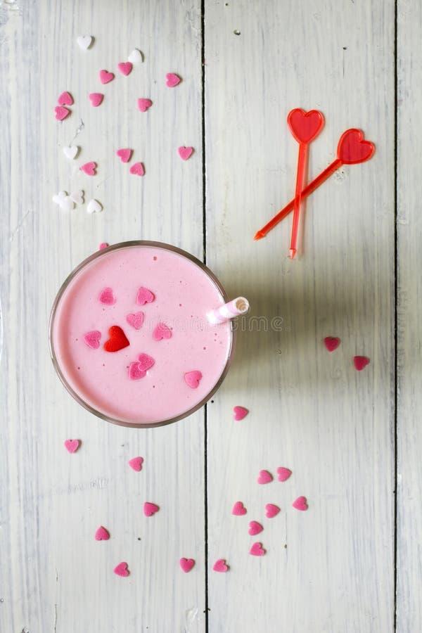 Download Розовый Milkshake взбрызнутый с сердцами Стоковое Изображение - изображение насчитывающей замерзано, сироп: 37927775