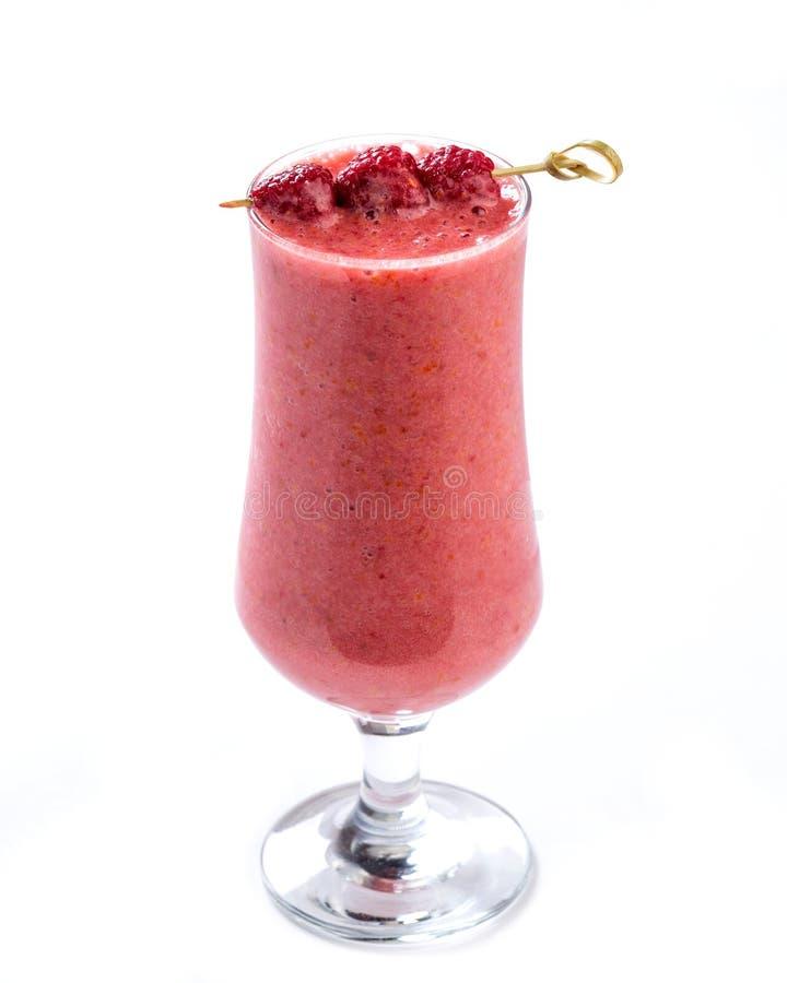 Розовый smoothie в стекле украшенном с ягодами поленики на изолированной белой предпосылке стоковое фото rf
