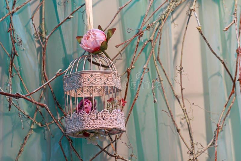 Розы и красивая винтажная клетка птицы стоковые фотографии rf