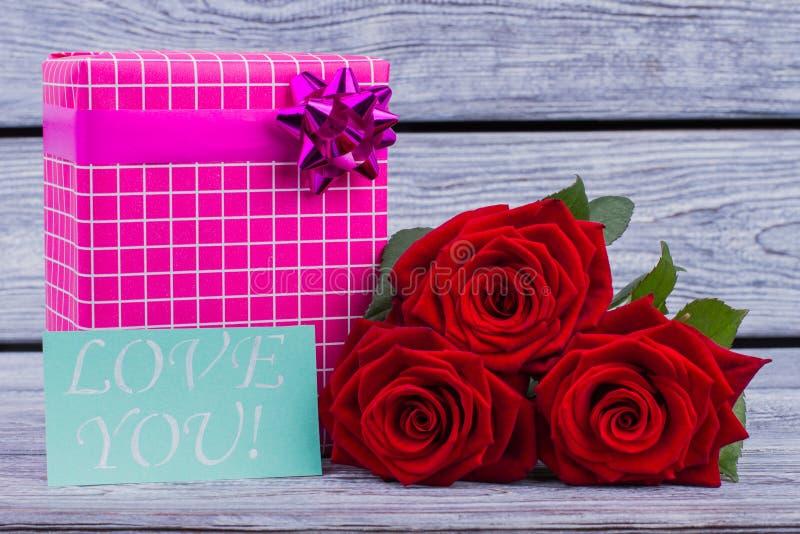 Розы и подарочная коробка дня Святого Валентина стоковые изображения