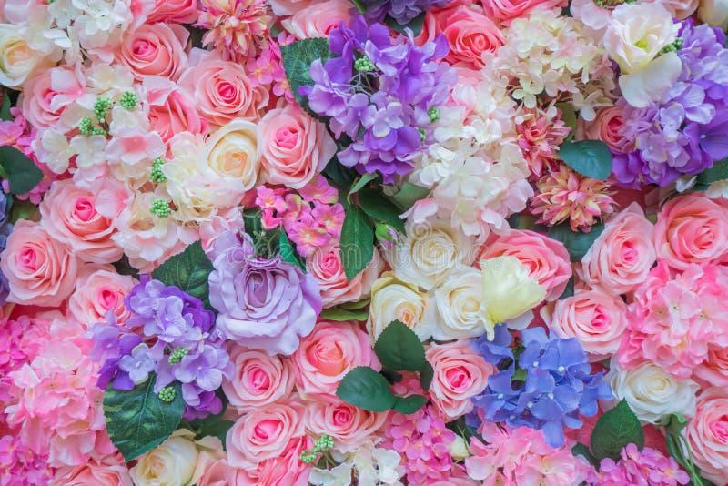 Розы и предпосылка текстуры цветка искусственная для сцены свадьбы стоковые фотографии rf