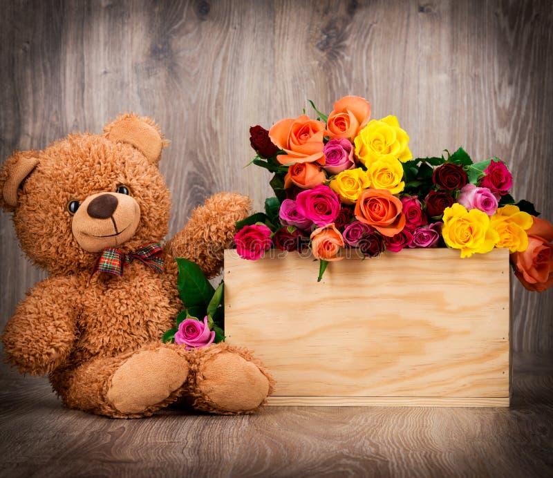 Розы и плюшевый медвежонок стоковые изображения rf