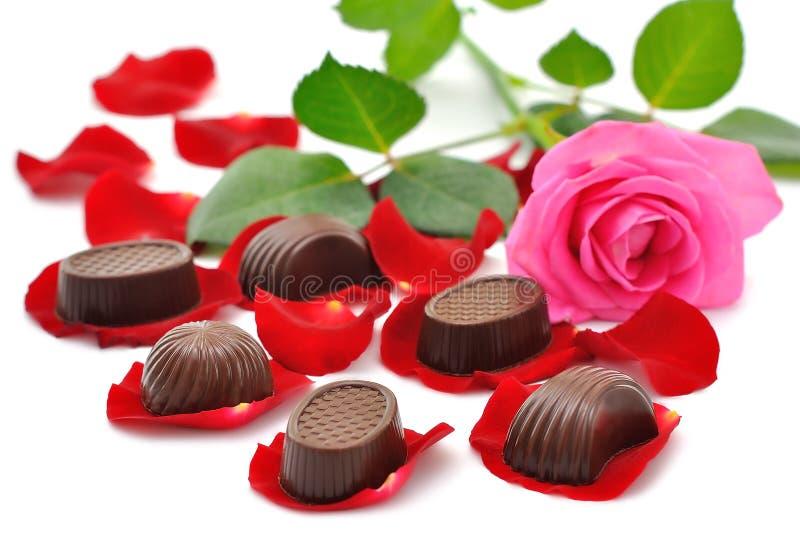 Розы и шоколады стоковая фотография rf