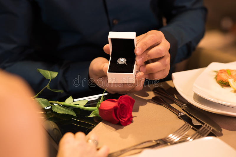 розы кольца предложения замужества захвата диаманта букета стоковое фото