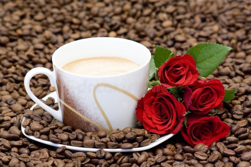 розы красного цвета кофейной чашки стоковые изображения rf